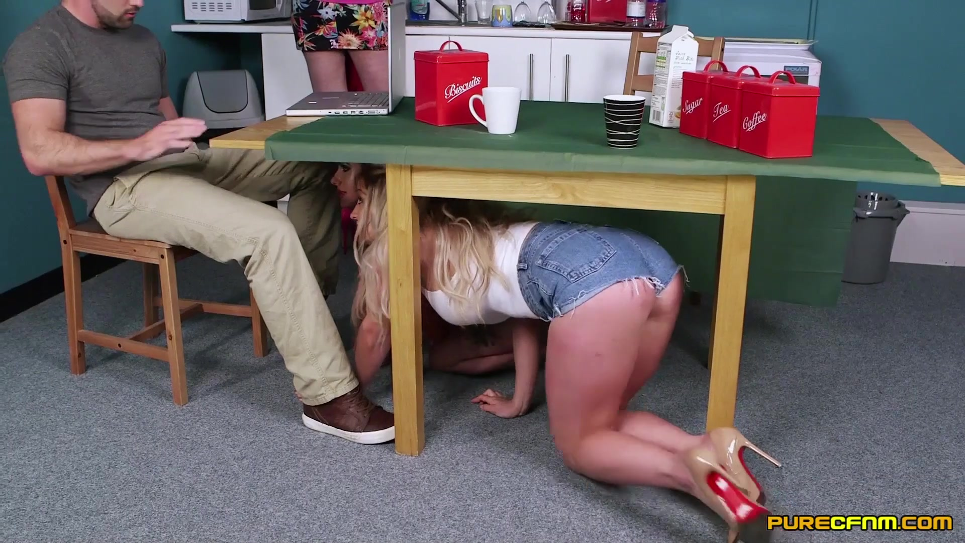 Учит сосать под столом — 4