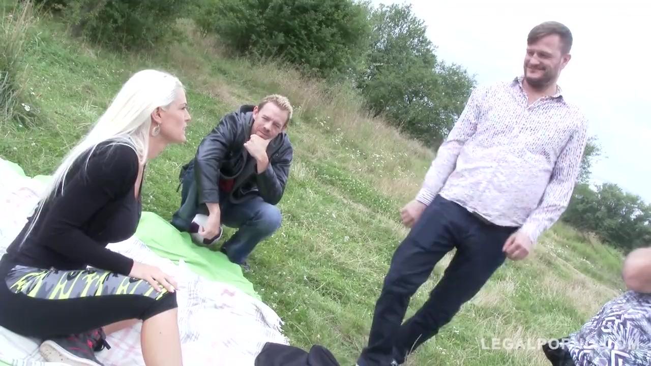 Четыре мужика выебали блондинку на природе