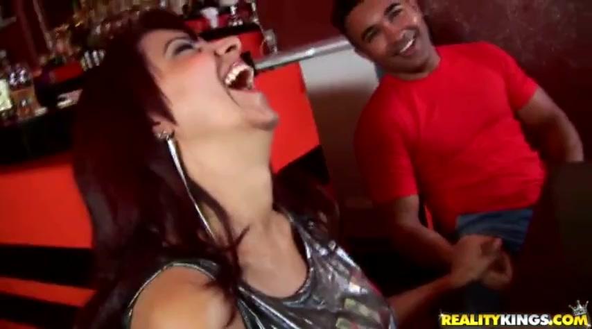 Мулат трахнул пьяную женщину в баре