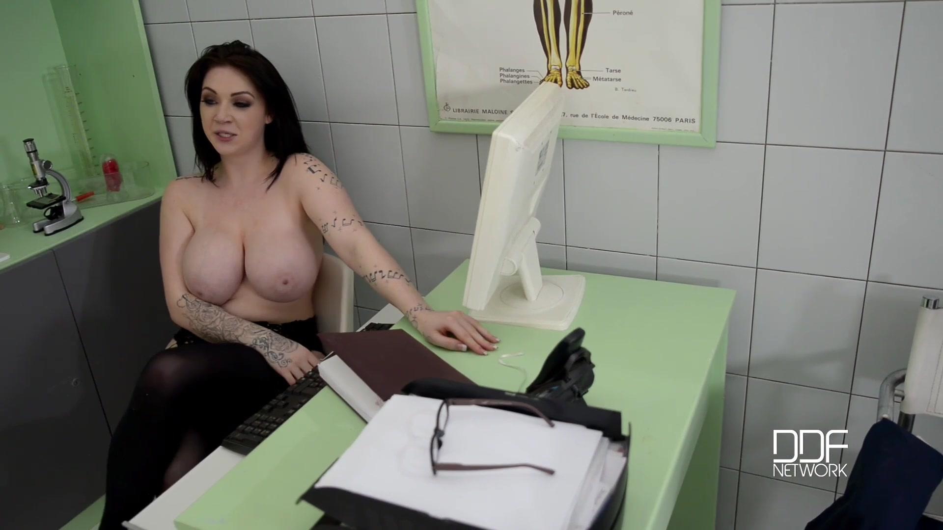 Немецкая докторша на приеме в своем кабинете ебется с пациентом
