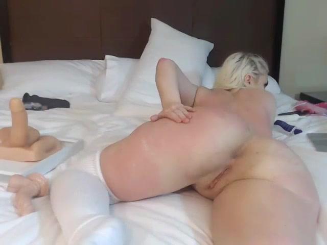 Блонда показывает замечательный попец