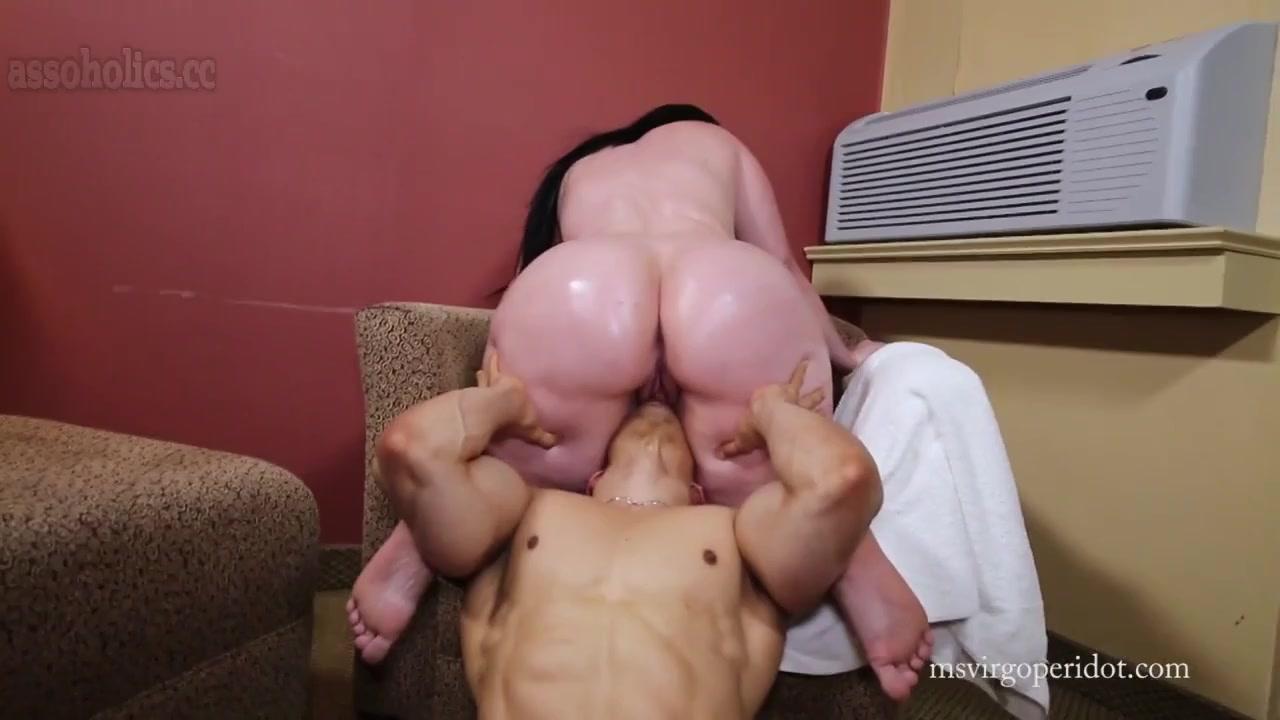 Пухлая женщина устала дрочить киску