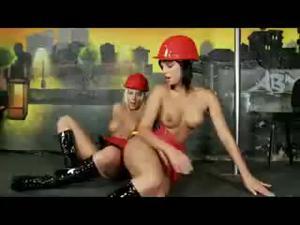 Лесбиянки пожарщицы - скриншот #19