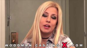 Три помощника Вудмана прут во все щели блондинку на кастинге - скриншот #1