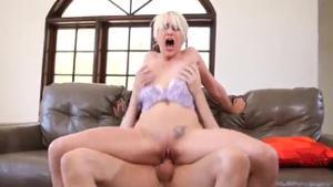 Коротковолосая блондинка страстно отдалась - скриншот #17