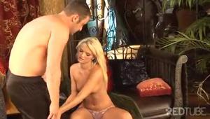 Что бы вы сделали, если бы худая блондинка попросила полизать киску? - скриншот #4