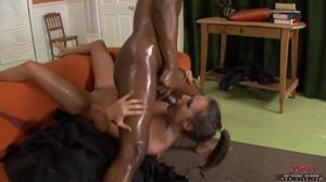 Мисс с плоскими дойками в масле ебется с негром и кушает его сперму - скриншот #18