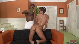 Мисс с плоскими дойками в масле ебется с негром и кушает его сперму - скриншот #4