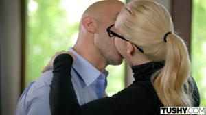 Элегантная блондинка ебется в очко - скриншот #4