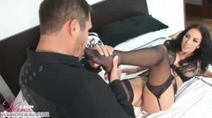 Женщина шпилится в небритую киску - скриншот #1