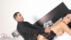 Женщина шпилится в небритую киску - скриншот #12