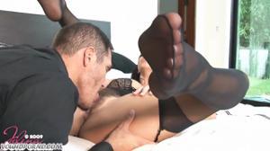 Женщина шпилится в небритую киску - скриншот #4