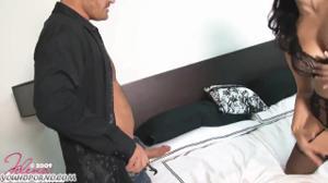 Женщина шпилится в небритую киску - скриншот #9