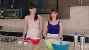 Плоский транс и девушка ебутся на кухне - скриншот #1