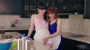 Плоский транс и девушка ебутся на кухне - скриншот #2