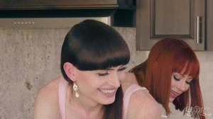 Плоский транс и девушка ебутся на кухне - скриншот #3