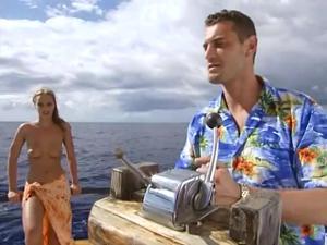 Богатый мужчина покатал двух телочек на яхте и выебал в жопы - скриншот #1