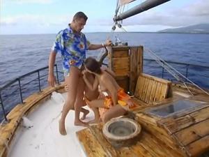 Богатый мужчина покатал двух телочек на яхте и выебал в жопы - скриншот #10