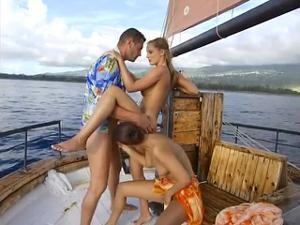 Богатый мужчина покатал двух телочек на яхте и выебал в жопы - скриншот #15