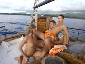 Богатый мужчина покатал двух телочек на яхте и выебал в жопы - скриншот #16