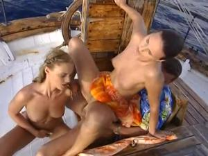 Богатый мужчина покатал двух телочек на яхте и выебал в жопы - скриншот #17