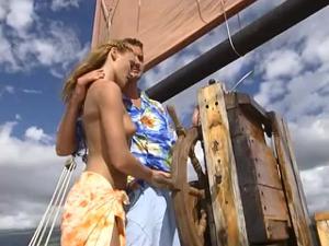 Богатый мужчина покатал двух телочек на яхте и выебал в жопы - скриншот #2