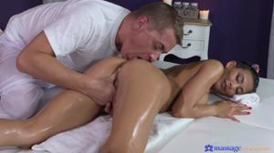Милфа получает удовольствие на масаже - скриншот #10