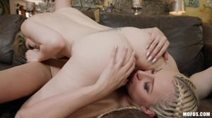 Блондинки классно отдохнули вдвоем - скриншот #15