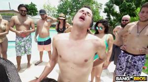 Вечеринка с классными блядями у открытого бассейна - скриншот #17