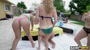 Вечеринка с классными блядями у открытого бассейна - скриншот #3