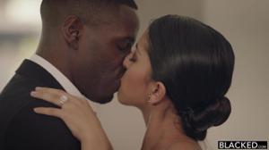 Невеста ублажает темнокожего жениха - скриншот #1
