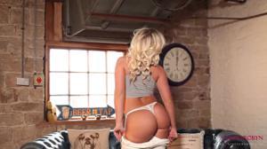 Попка английской блондинки - скриншот #7