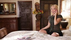 Блондинка позвала в гости лесбу на куннилингус на кровати - скриншот #1