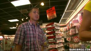 Продавщицы магазина завели покупателя в кладовку - скриншот #2