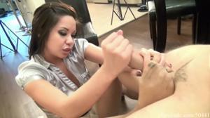 Азиатка дрочит ножками и рукой - скриншот #14