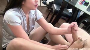 Азиатка дрочит ножками и рукой - скриншот #8
