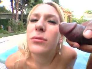 Блондинка пососала у двух негров у бассейна - скриншот #19