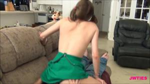 Бисексуалки после куни отправились сосать хуй мужику - скриншот #16