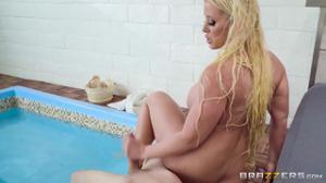 Знойная бабенка отдохнула в бассейне с молодым парнем - скриншот #10