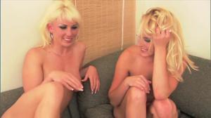 Две озорные блондинки лесбиянки предаются сексуальным усладам - скриншот #21