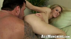 Худая блондинка делает римминг мужику - скриншот #17