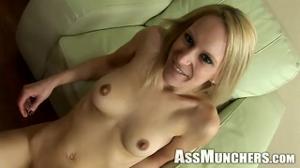 Худая блондинка делает римминг мужику - скриншот #21