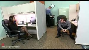 Групповой трах в офисе красивой женщины - скриншот #2