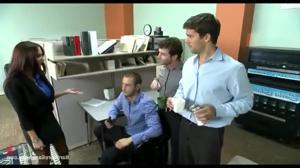 Групповой трах в офисе красивой женщины - скриншот #3