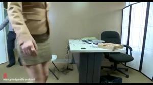 Групповой трах в офисе красивой женщины - скриншот #4