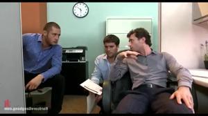 Групповой трах в офисе красивой женщины - скриншот #5