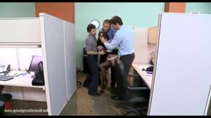 Групповой трах в офисе красивой женщины - скриншот #6
