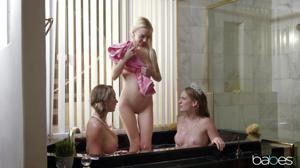 Три худые потаскушки зависли в роскошной ванной - скриншот #21