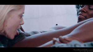 Лесби контакт с негритянкой - скриншот #17