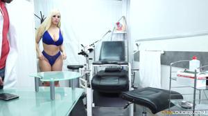 Толстую сисястую блондинку гинеколог выеб в кабинете и дал попробовать на вкус своего семени - скриншот #2